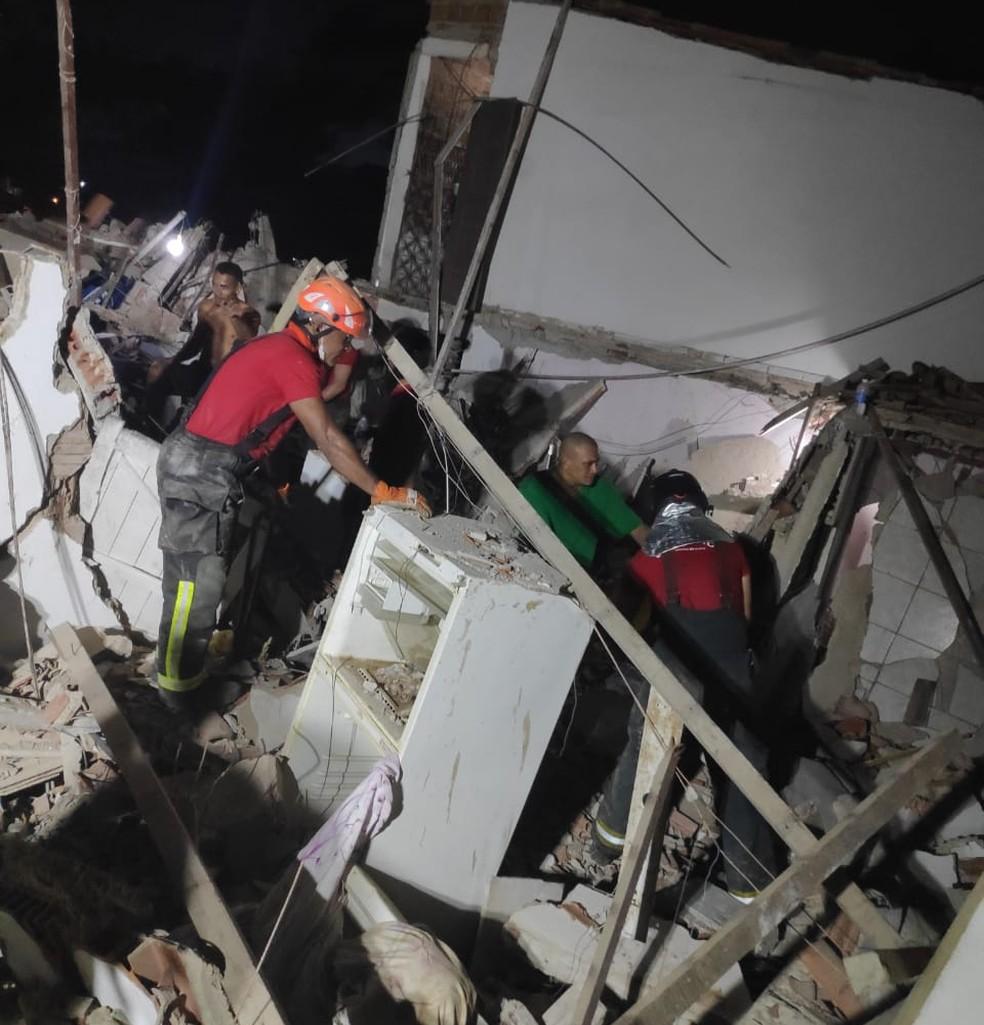 Desabamento de casas aconteceu durante a madrugada em Mãe Luiza — Foto: Corpo de Bombeiros