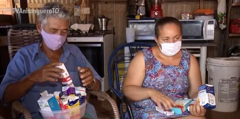 Casal de idosos precisa de 20 tipos de remédios por dia e tem dificuldade para achar os medicamentos na rede pública