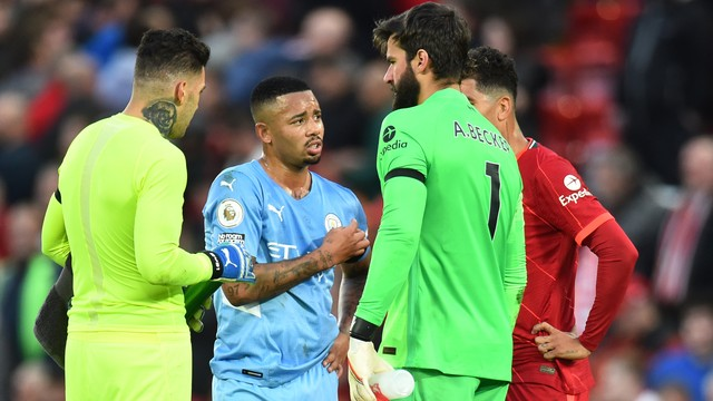 Ederson, Gabriel Jesus, Alisson e Roberto Firmino se reúnem após City x Liverpool
