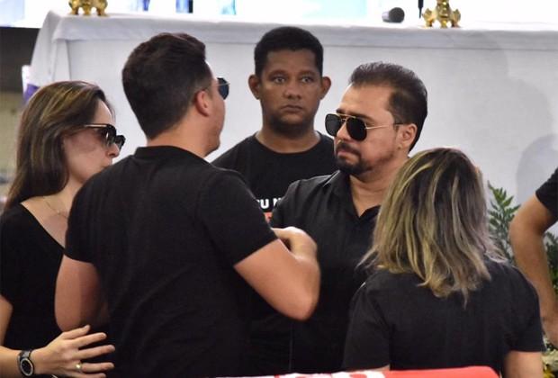 Wesley Safadão e Xand Avião no velório de Gabriel Diniz (Foto: Felipe Souto Maior/Editora Globo)