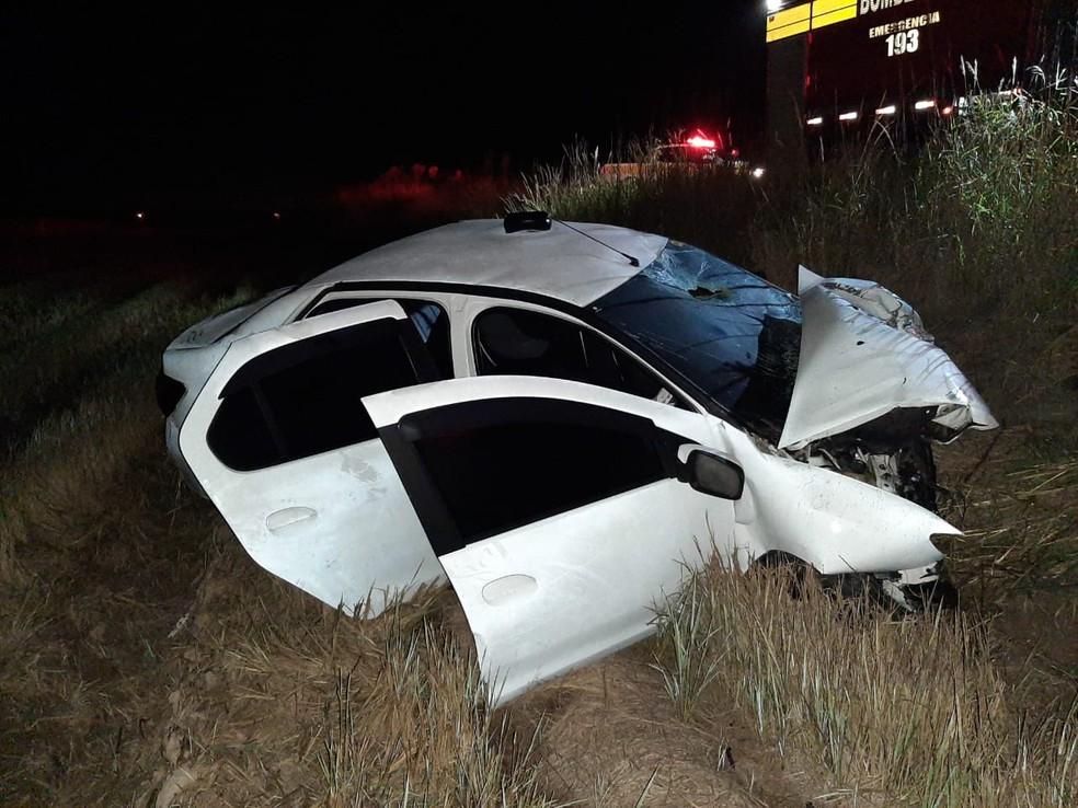 Motorista do Logan foi conduzido em estado grave ao Hospital Regional de Araranguá, no Sul catarinense — Foto: Polícia Militar Rodoviária/Divulgação