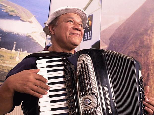 O cantor e compositor Dominguinhos dá entrevista à NBR, o canal de TV a cabo da Radiobrás em 2003. (Foto: Victor Soares/ABr)