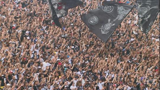 Torcida do Corinthians invade treino antes da final contra o Cruzeiro
