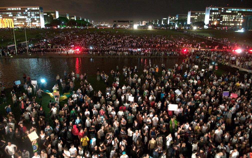 Em junho de 2013, manifestantes ocupam o gramado em frente ao Congresso Nacional, em Brasília, durante protesto por demandas diversas, como mais recursos para saúde, educação, passe livre no transporte público e contra os gastos com a Copa do Mundo — Foto: Arthur Monteiro/Agência Senado