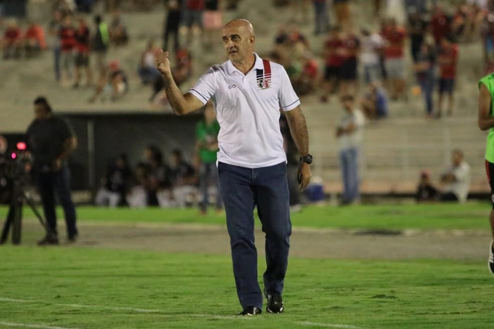 Itamar Schulle durante a partida — Foto: Rafael Melo / Santa Cruz