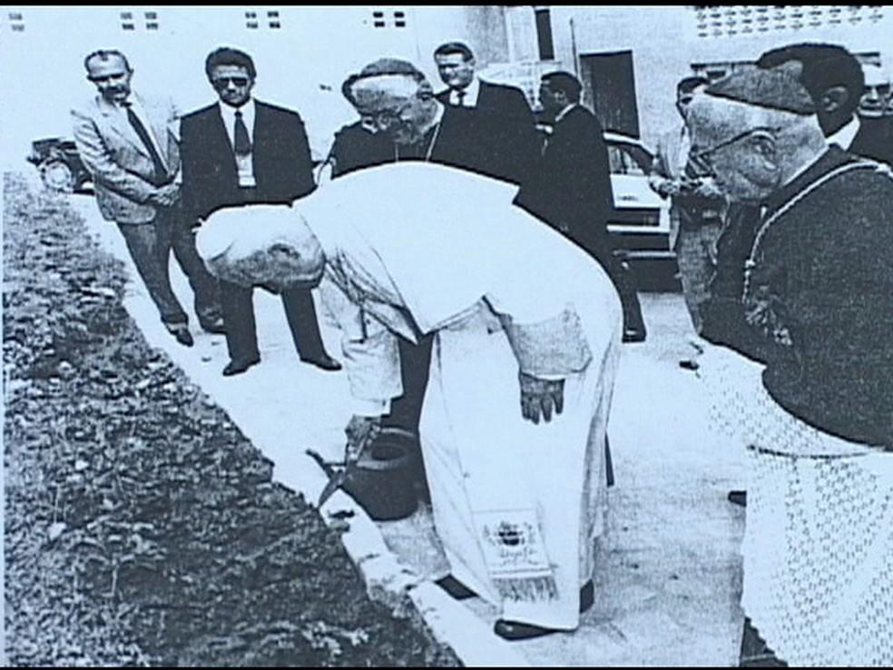 Papa João Paulo II plantando o pau-brasil em 1991 — Foto: Reprodução/InterTV Cabugi