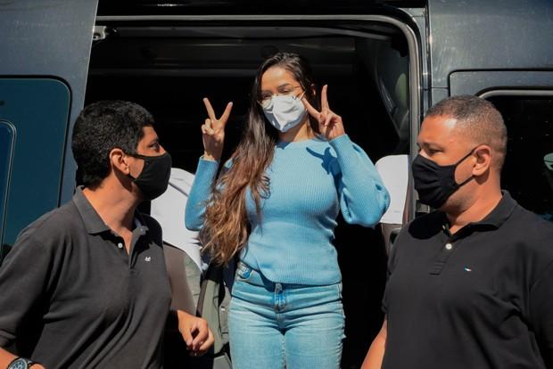 Juliette é cercada por fãs  (Foto: Welber Belício / AgNews)
