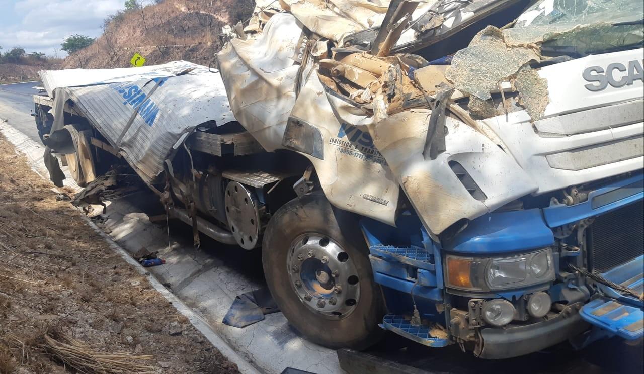 Caminhão perde freios e tomba na Serra de Francisco Sá