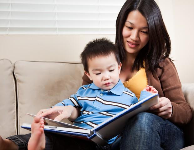 bebê; leitura; livro; história; mãe (Foto: Shutterstock)