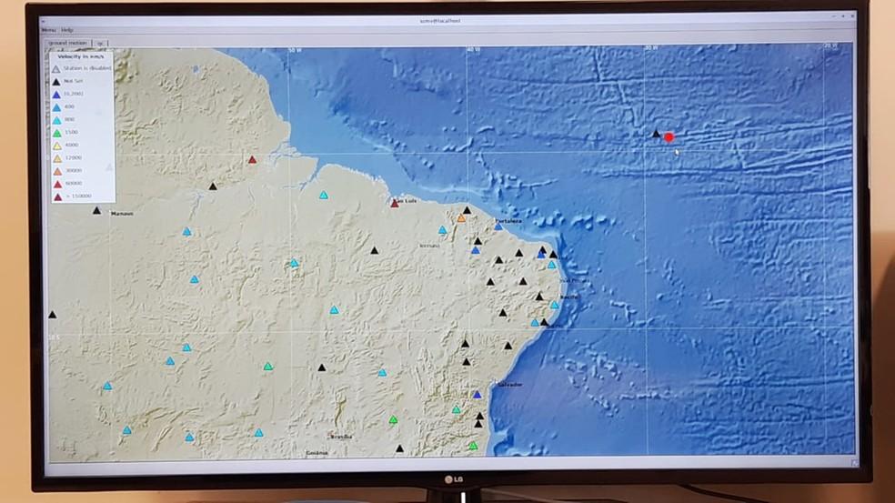 Laboratório de Sismologia da UFRN mostra o local do epicentro, no Oceano Atlântico   — Foto: Sérgio Henrique Santos/Inter TV Cabugi