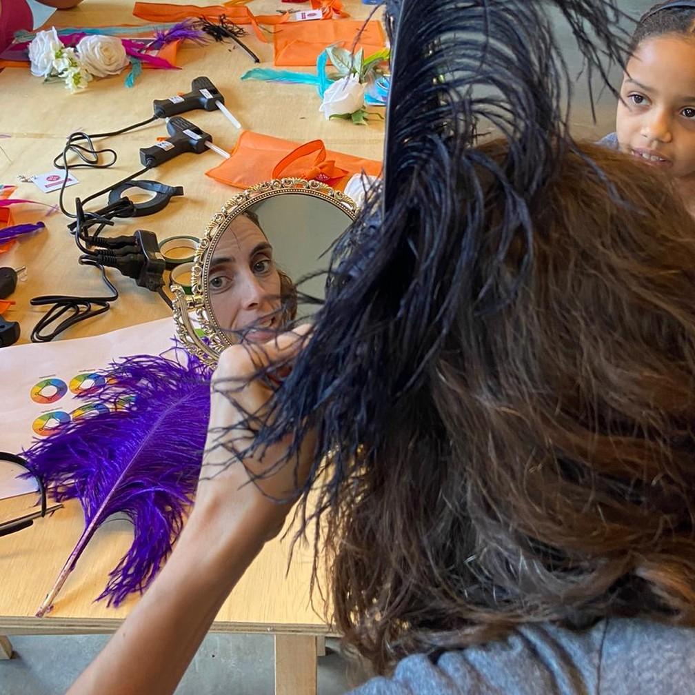Oficina de produção de fantasias de carnaval aconteceu em São Paulo no sábado (8) — Foto: Renata Guimarães / Sassaricando