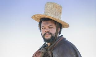 No ar no 'BBB' 20, Babu Santana também estará na reprise de 'Novo mundo' a partir desta segunda, 30 de março. Na novela, ele interpretou Jacinto, capataz de Sebatião (Roberto Cordovani) | TV Globo