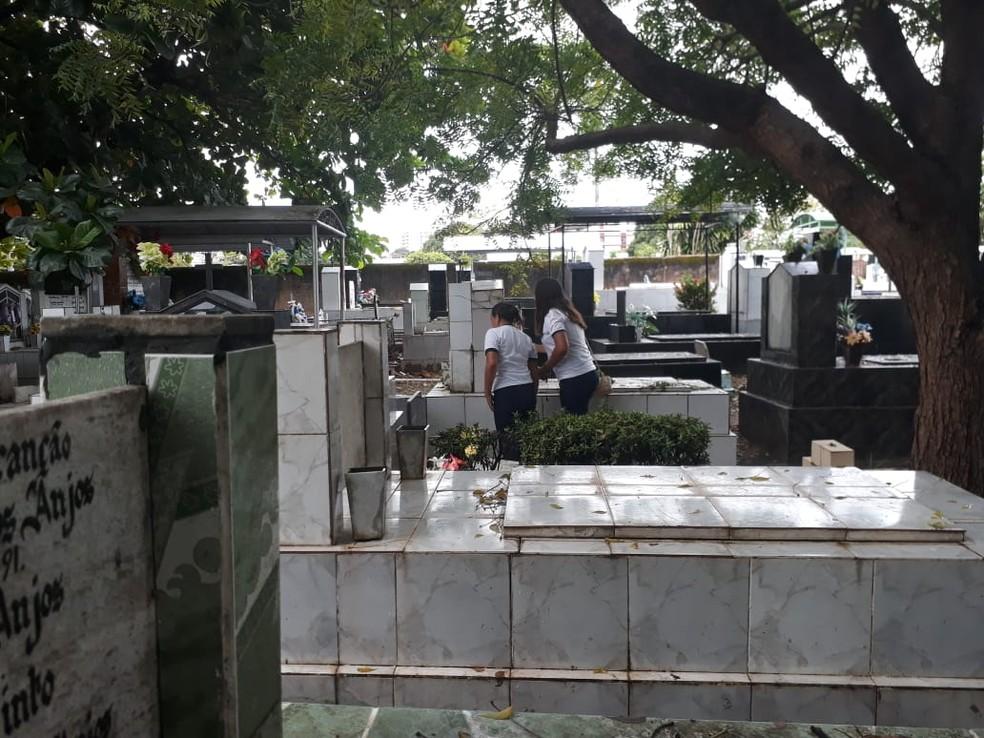 -  Turma de 38 alunos se dividiu em duplas para a pesquisa de símbolos e frases nos túmulos do cemitério Nossa Senhora dos Mártires  Foto: Alenilson Rib