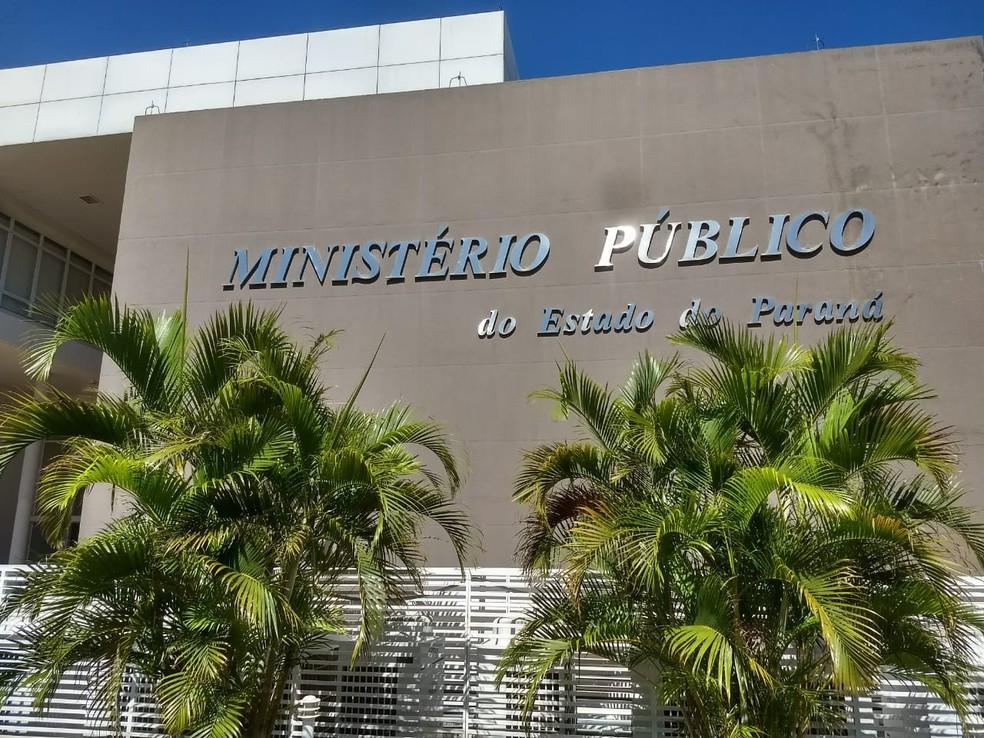Os três investigados que já estavam presos na PEF 2 foram levados para prestar depoimento no prédio do Ministério Público em Foz do Iguaçu — Foto: Raphaela Potter/RPC