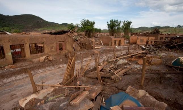 Ruínas de Bento Gonçalves, em Mariana, após rompimento de barragem, em 2015
