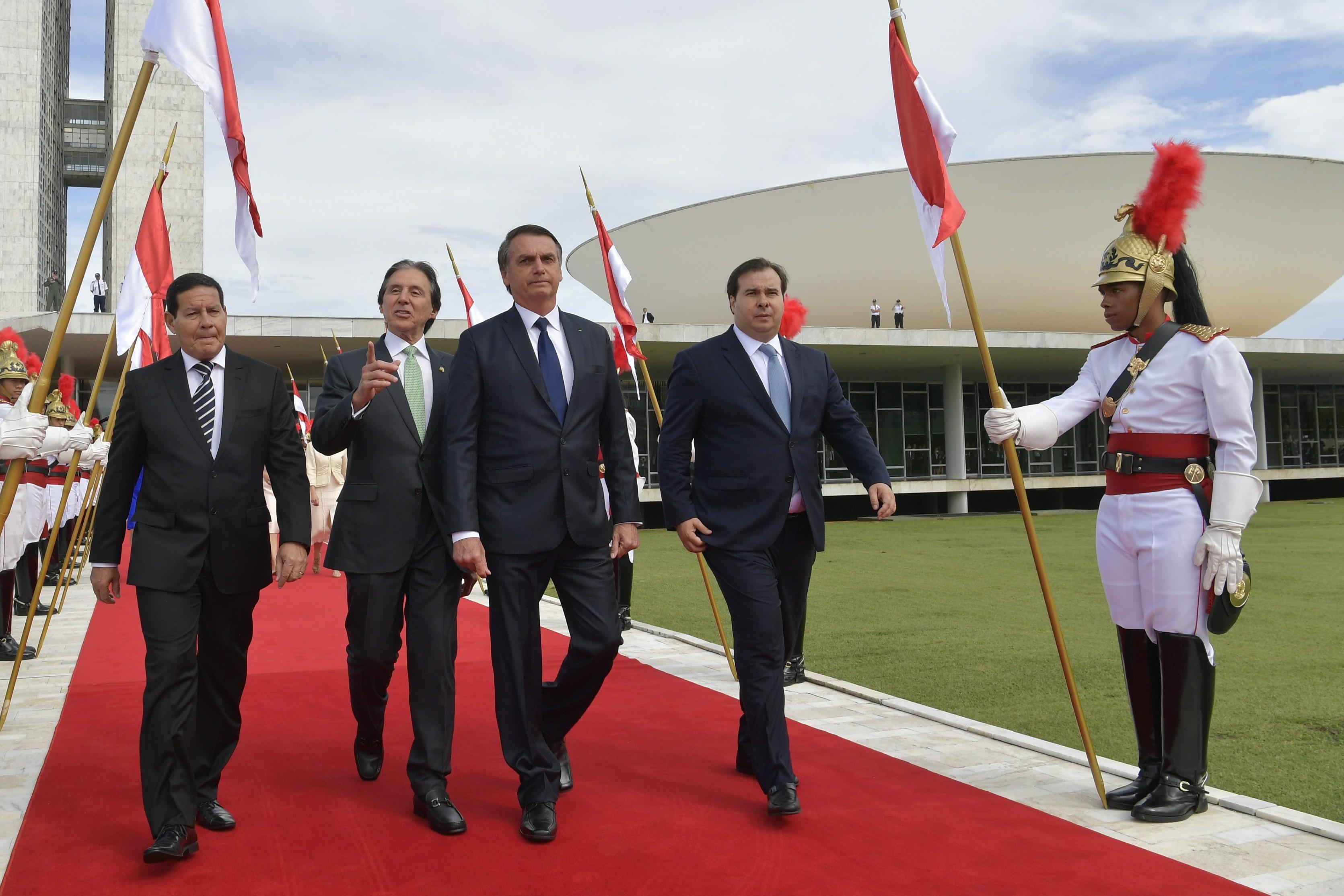 O presidente Jair Bolsonaro durante a cerimônia de posse como Presidente da República, junto de Hamiltão Mourão (vice-presidente), Eunício Oliveira e Rodrigo Maia (Foto: Wikimedia Commons)