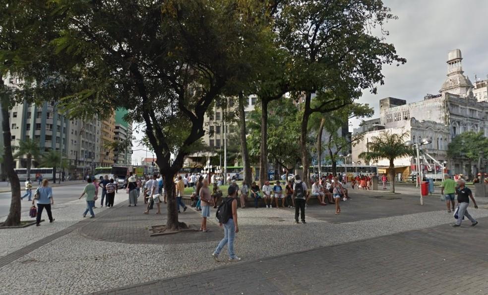 Homem foi esfaqueado na Praça da Independência, em Santo Antônio, no Centro do Recife (Foto: Reprodução/Google Street View)