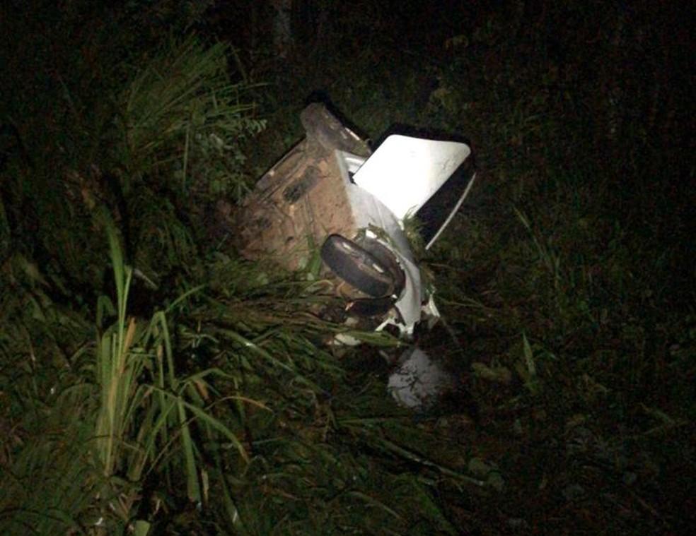 Carro caiu em um barranco às margens da rodovia — Foto: PRF-MT/ Divulgação