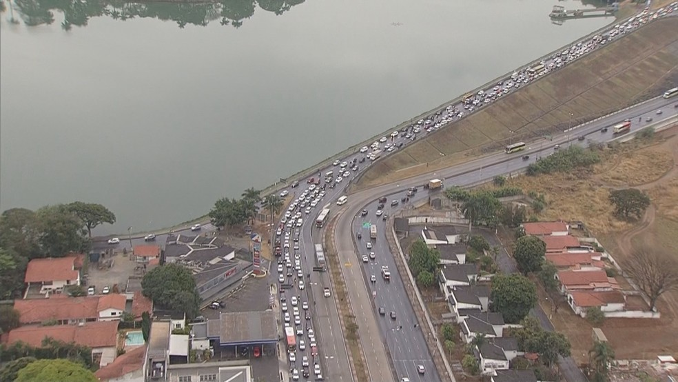 Trânsito na Pampulha nesta quinta-feira chuvosa  — Foto: Globocop