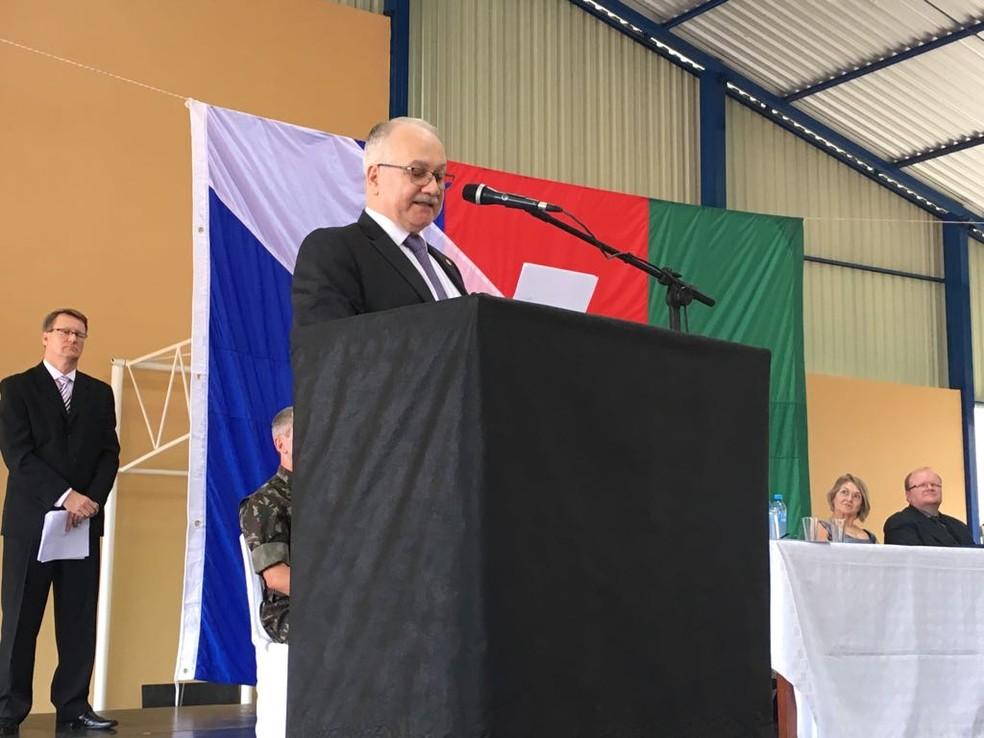 Ministro Edson Fachin discursa em solenidade na dia cidade natal, Rondinha, no RS (Foto: Francieli Alonso/RBS TV)
