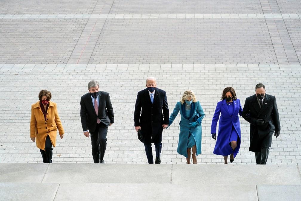 O presidente eleito Joe Biden, sua esposa Jill Biden e a vice-presidente eleita Kamala Harris e seu marido Doug Emhoff chegam às escadas do Capitólio dos Estados Unidos para o início das cerimônias oficiais de posse em Washington nesta quarta-feira (20) — Foto: Melina Mara/Pool via Reuters