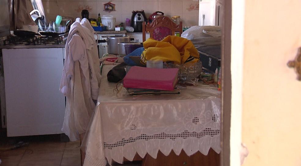 Casa foi revirada após ser invadida, segundo moradores — Foto: Reprodução/RPC Maringá