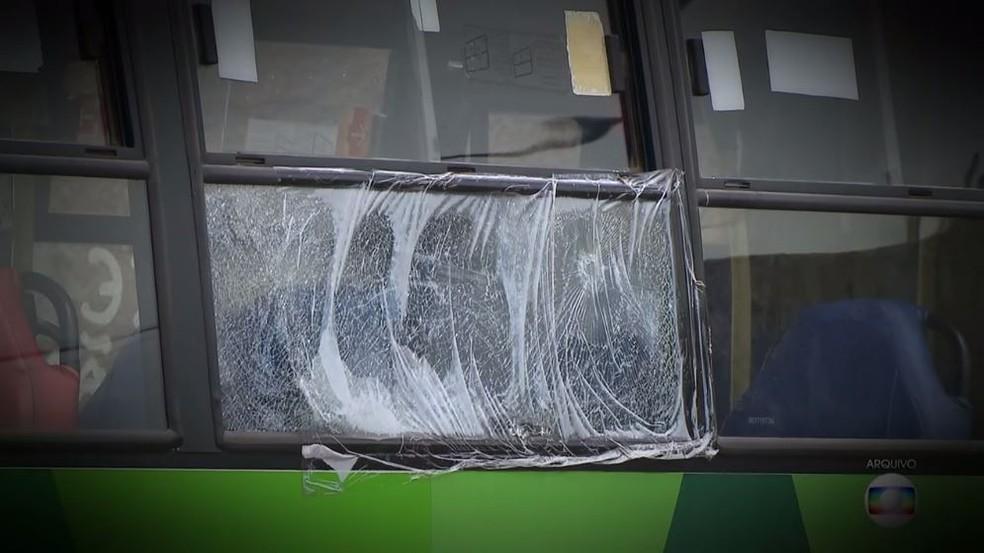Imagem de arquivo de ônibus de cooperativa em fiscalização (Foto: TV Globo/Reprodução)