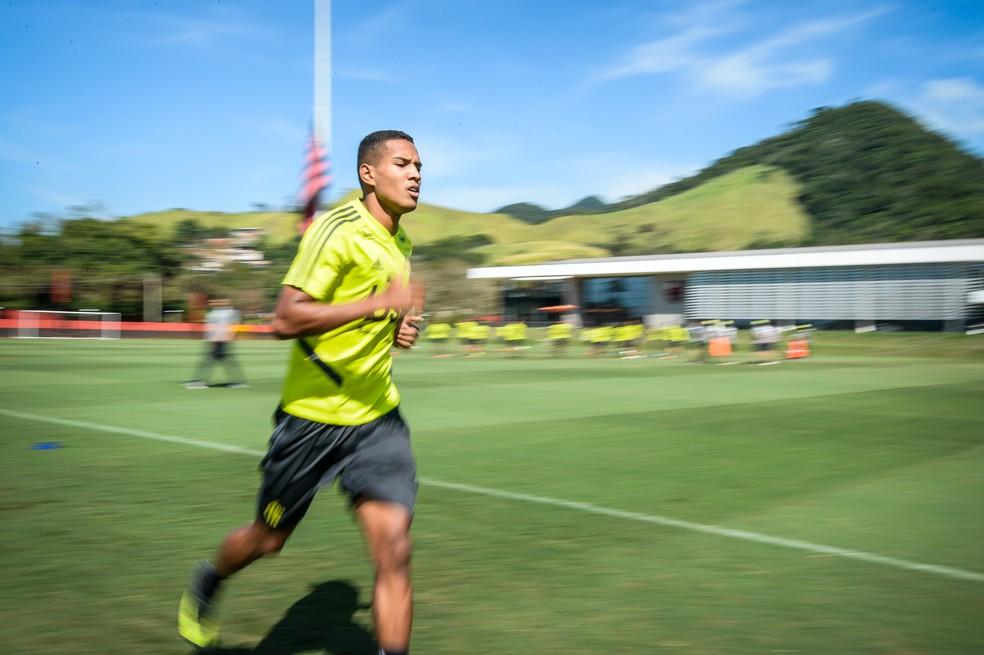 João Lucas correu em volta do campo 1 do Ninho — Foto: Alexandre Vidal / Flamengo
