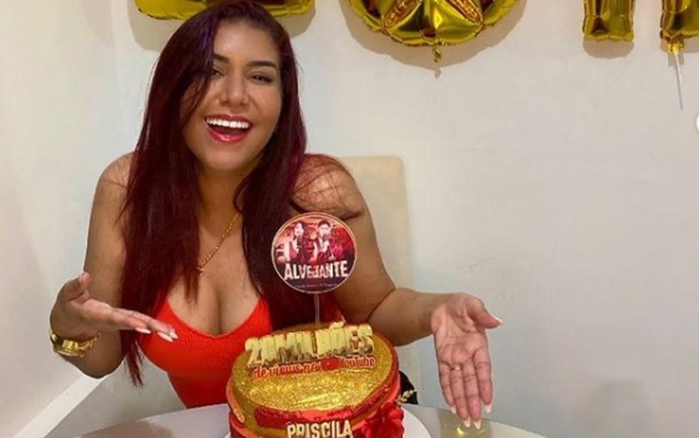 """Priscila Senna com bolo em comemoração pelo sucesso da música """"Alvejante"""" — Foto: Reprodução/Instagram"""