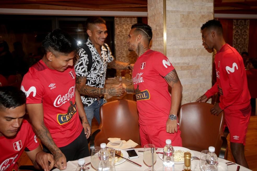 Guerrero cumprimenta Trauco, companheiro de Flamengo, na chegada à concentração (Foto: Divulgação / Peru)