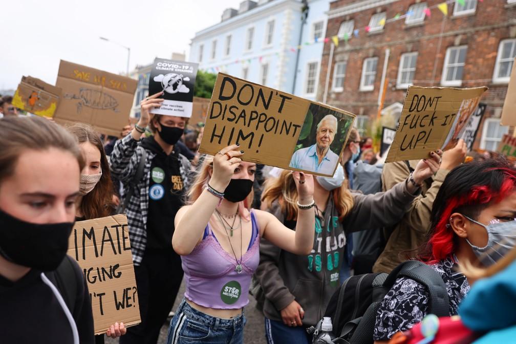 Manifestantes pelo clima protestam nas ruas da Cornuália durante a cúpula do G7 em 11 de junho de 2021 — Foto: Tom Nicholson/Reuters