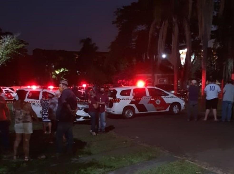 Caminhonete do advogado estava parada na Praça São Sebastião, em Santa Cruz do Rio Pardo — Foto: Arquivo pessoal