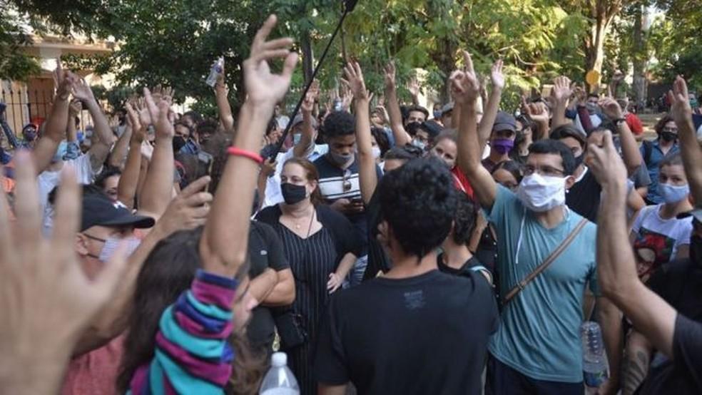 Centenas de ativistas e intelectuais fizeram protestos sem precedentes em novembro passado na sede do Ministério da Cultura de Cuba — Foto: Getty Images via BBC