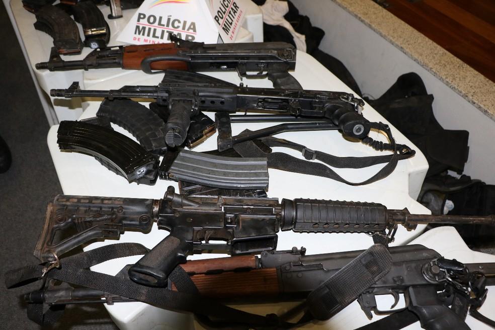 Armas foram utilizadas por quadrilha que atacou agência bancária em Uberaba no dia 27 de junho — Foto: Polícia Militar/Divulgação