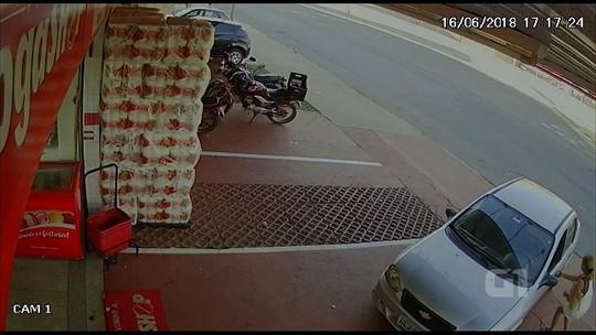 Mulher consegue tirar bebê de carro antes de veículo ser roubado