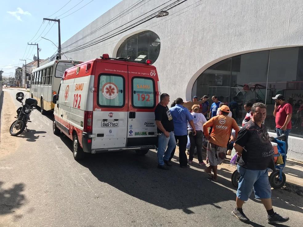 Samu foi chamado a local de assalto para socorrer mulher ferida — Foto: Kleber Teixeira/Inter TV Cabugi