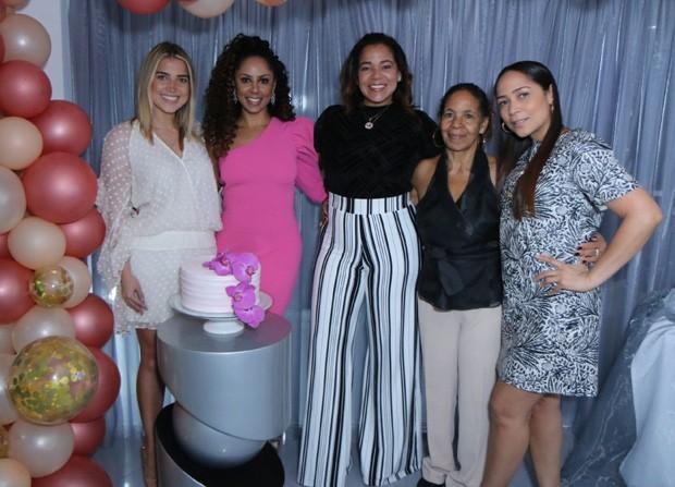 Valéria Valenssa com Thuany (sobrinha), Elaine (irmã), Vera Lúcia (mãe) e Cláudia (irmã) (Foto: Daniel Pinheiro/AgNews)