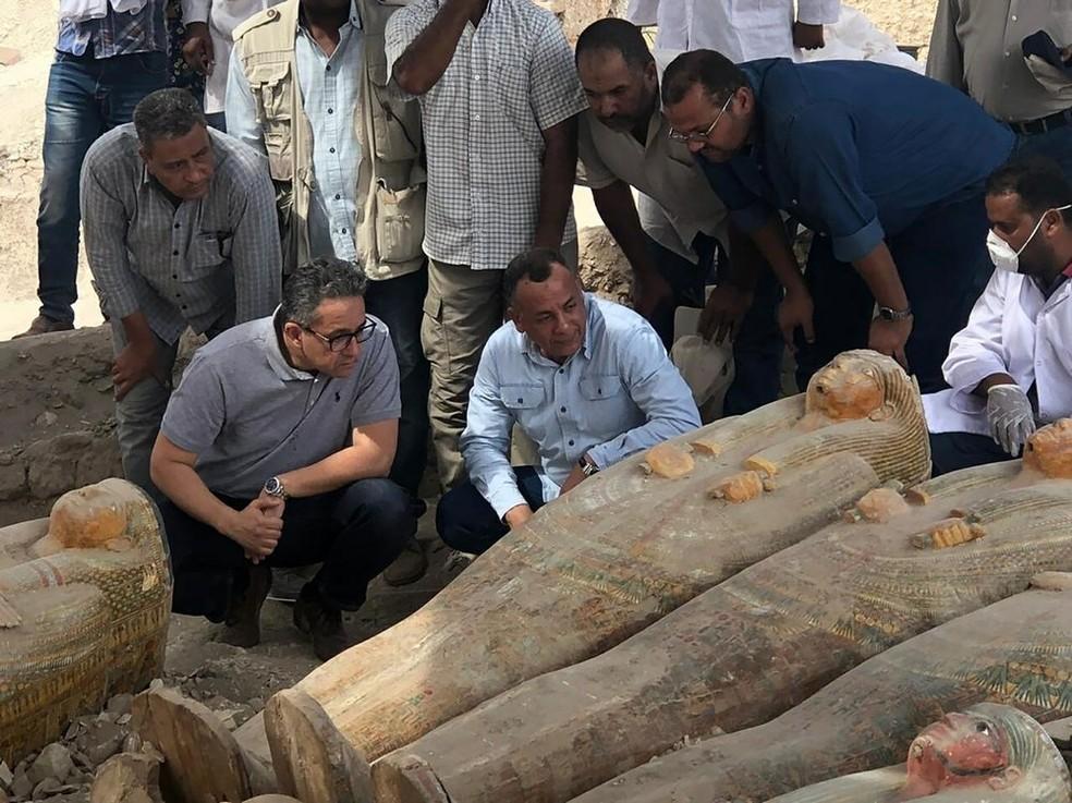 O ministro de antiguidades Khaled el-Anany visita a descoberta recente de 20 sarcófagos em Luxor, no Egito. — Foto: Ministério de Antiguidades do Egito/AP