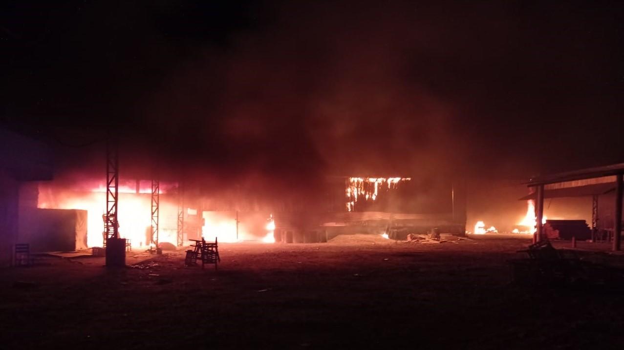 Incêndio destrói material de fábrica de móveis em Forquilha, interior do Ceará