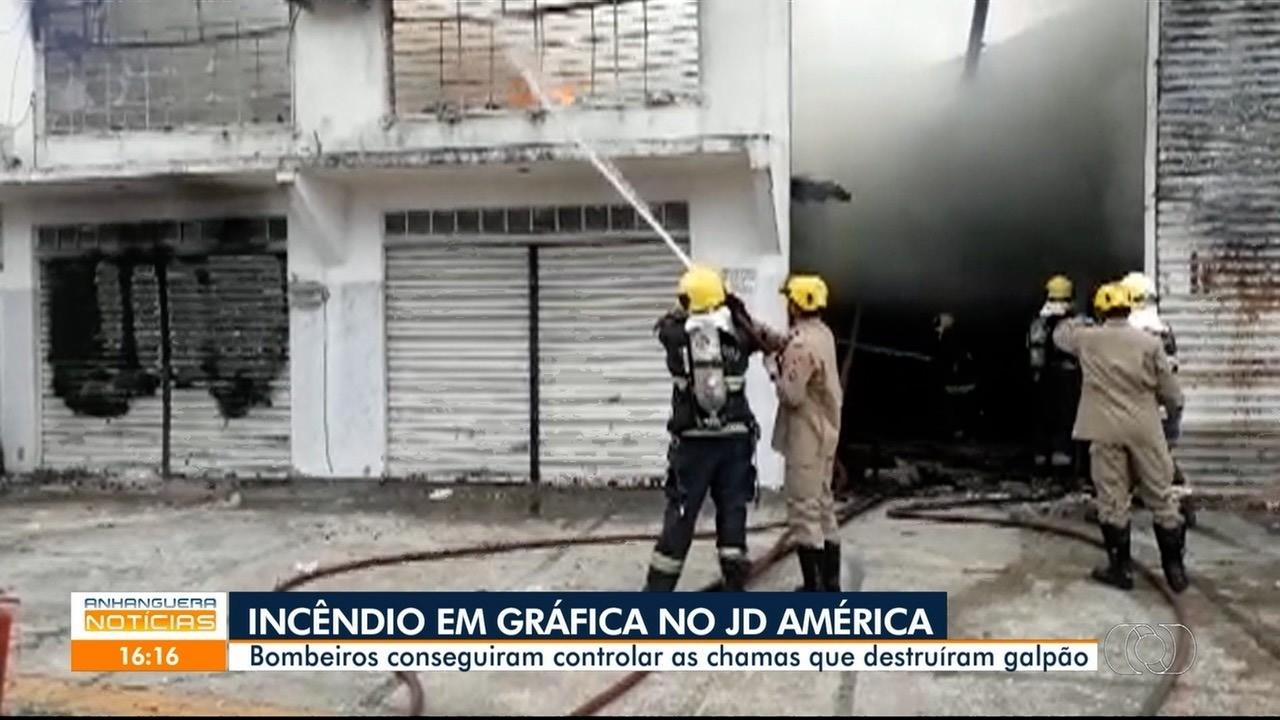 Bombeiros controlam fogo em gráfica no Jardim América, em Goiânia