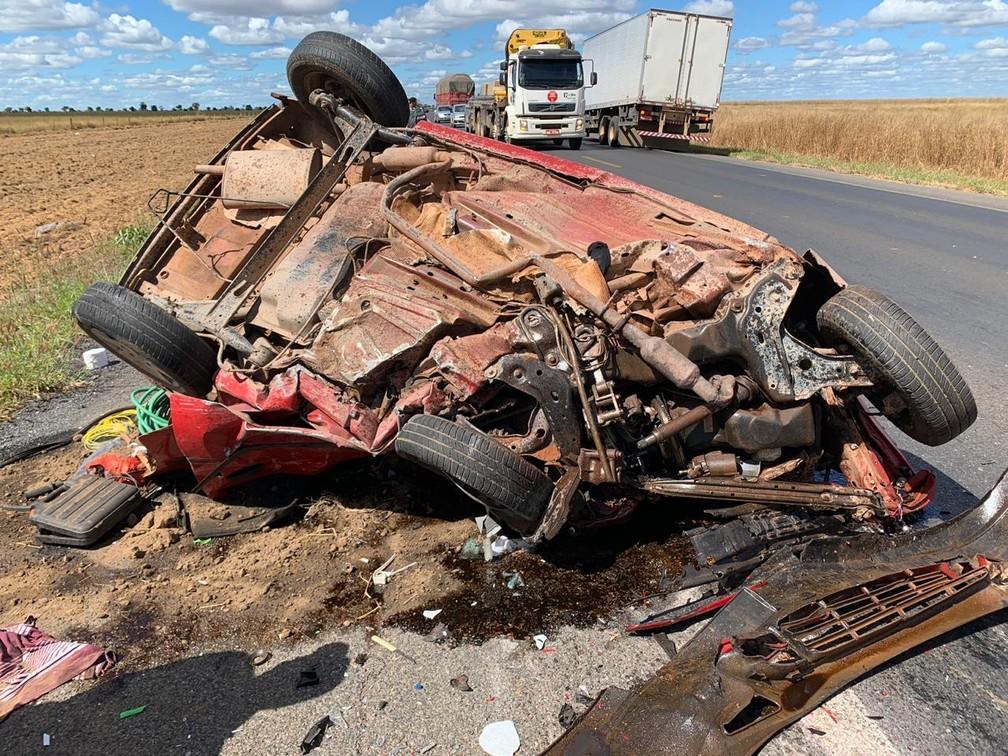 Acidente entre carro e carreta deixa uma pessoa morta na BR-242, oeste da Bahia — Foto: Edivaldo Braga/Blogbraga