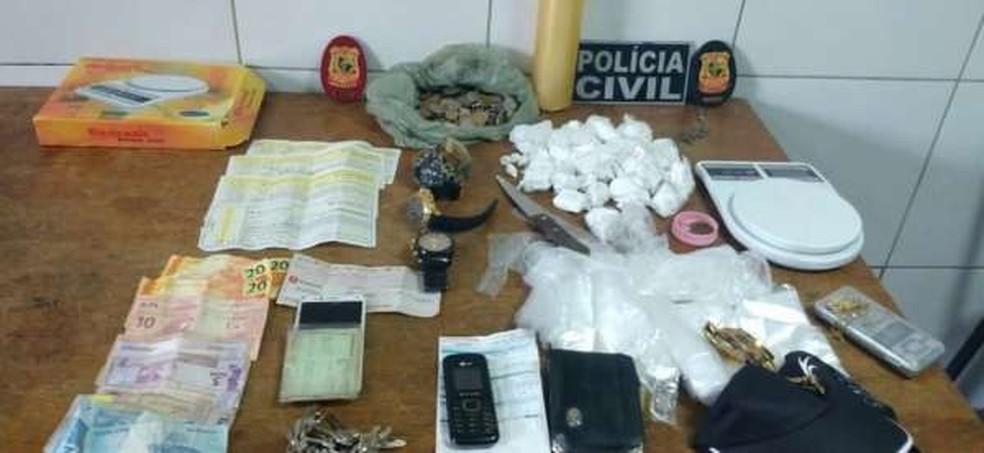 600 gramas de cocaína, relógios, notas promissórias, balança e outros materiais apreendidos foram levados para a delegacia — Foto: Divulgação