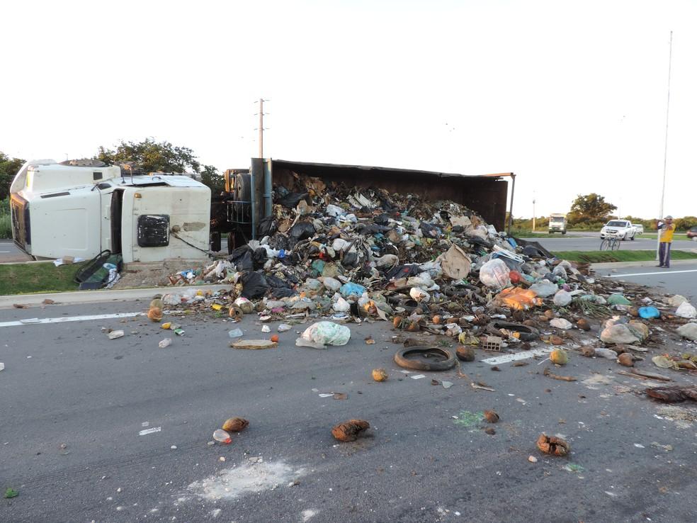 Caminhão tombou na estrada que dá acesso à entrada do Aeroporto de Natal (Foto: Everaldo Costa/Inter TV Cabugi)