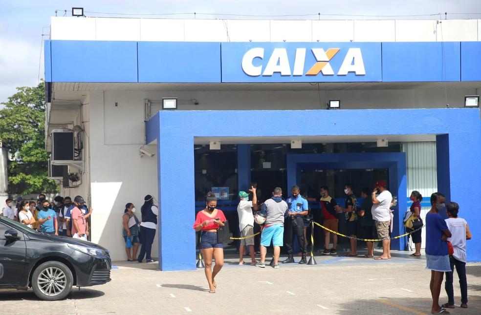 Pessoas se aglomeram em fila na agência da Caixa no Bairro Messejana, em Fortaleza. — Foto: Fabiane de Paula/ SVM
