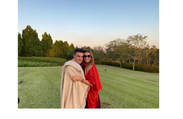 Mônica Martelli com o amigo Anderson, que publicou registro em seu aniversário (Foto: Reprodução)