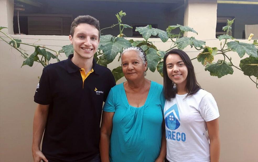 Renê, Fernanda e Dona Naza criaram um vínculo após o desenvolvimento do projeto (Foto: Jade Castilho/G1)