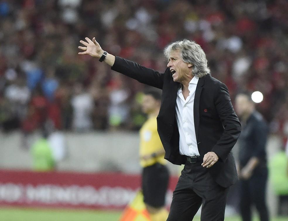 Jorge Jesus orienta jogadores do Flamengo durante a partida contra o CSA — Foto: André Durão / GloboEsporte.com