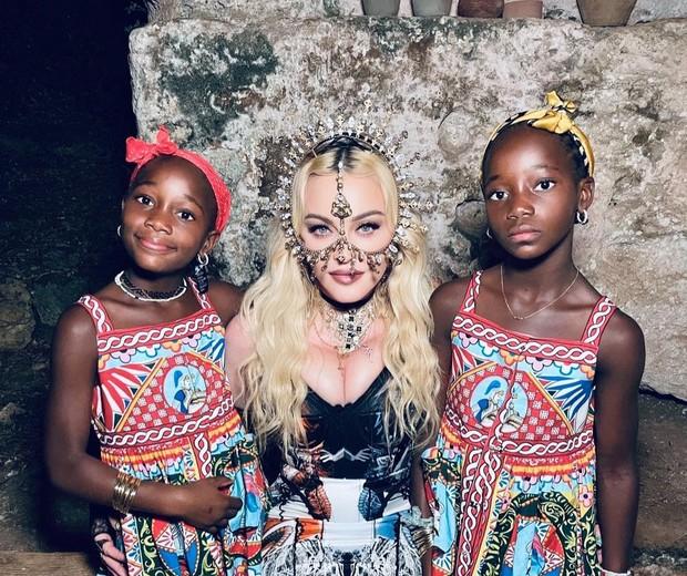 Madonna e as filhas gêmeas,y Stella e Estere (Foto: Reprodução/Instagram)