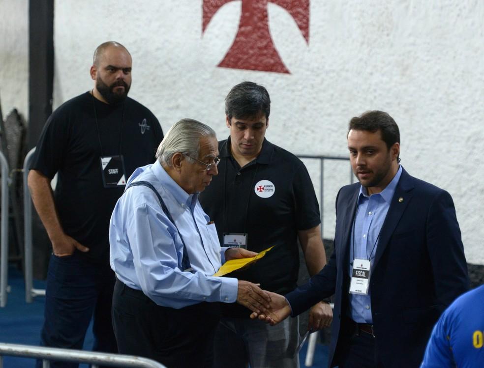 Eurico Miranda e Julio Brant conversam durante eleição (Foto: André Durão)