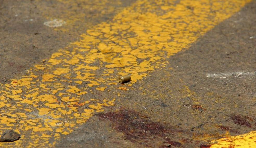 Cápsulas ficaram espalhadas no local após o tiroteio — Foto: Portal Ternura FM/Divulgação